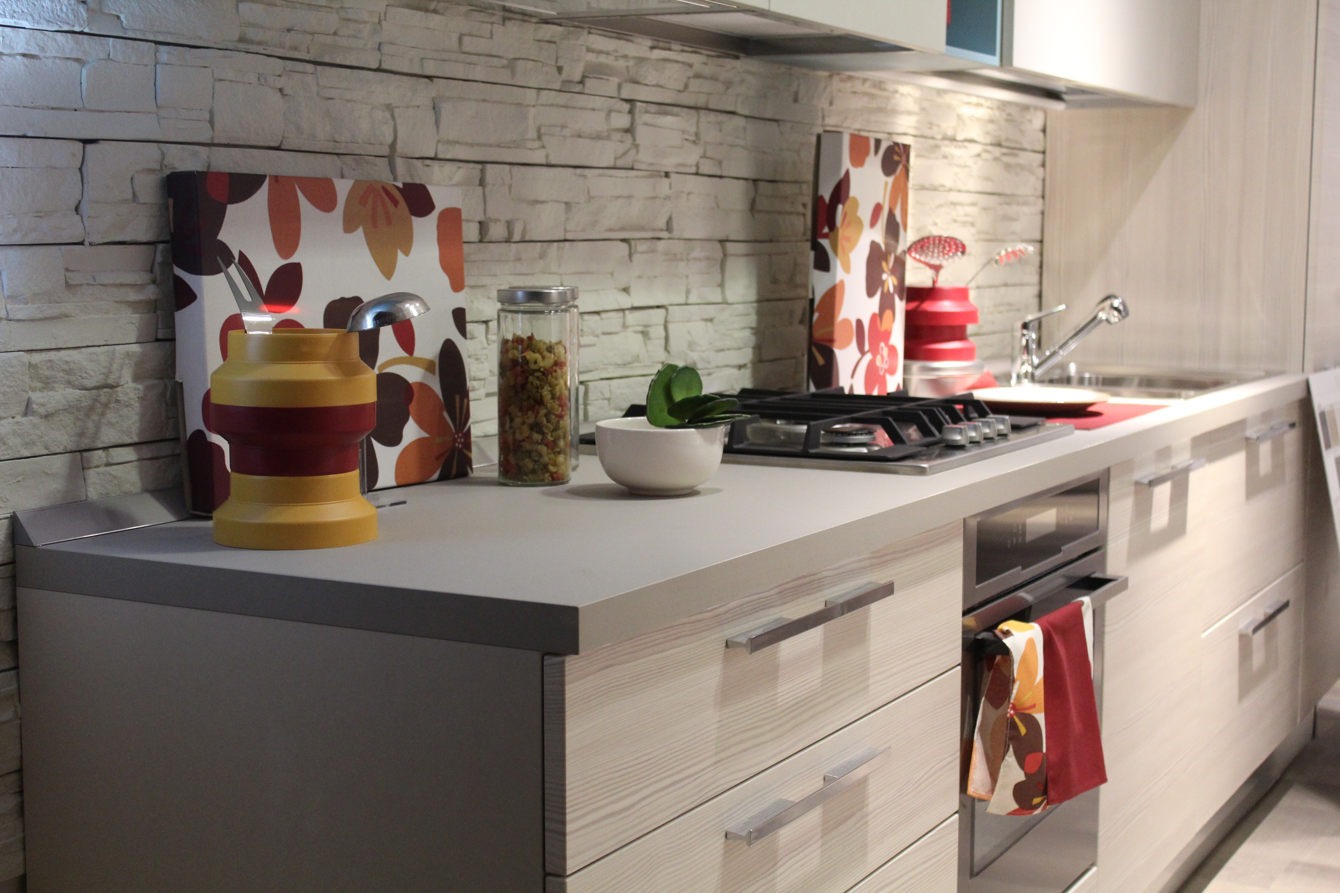 Paraschizzi Cucina: pro e contro dei materiali più utilizzati
