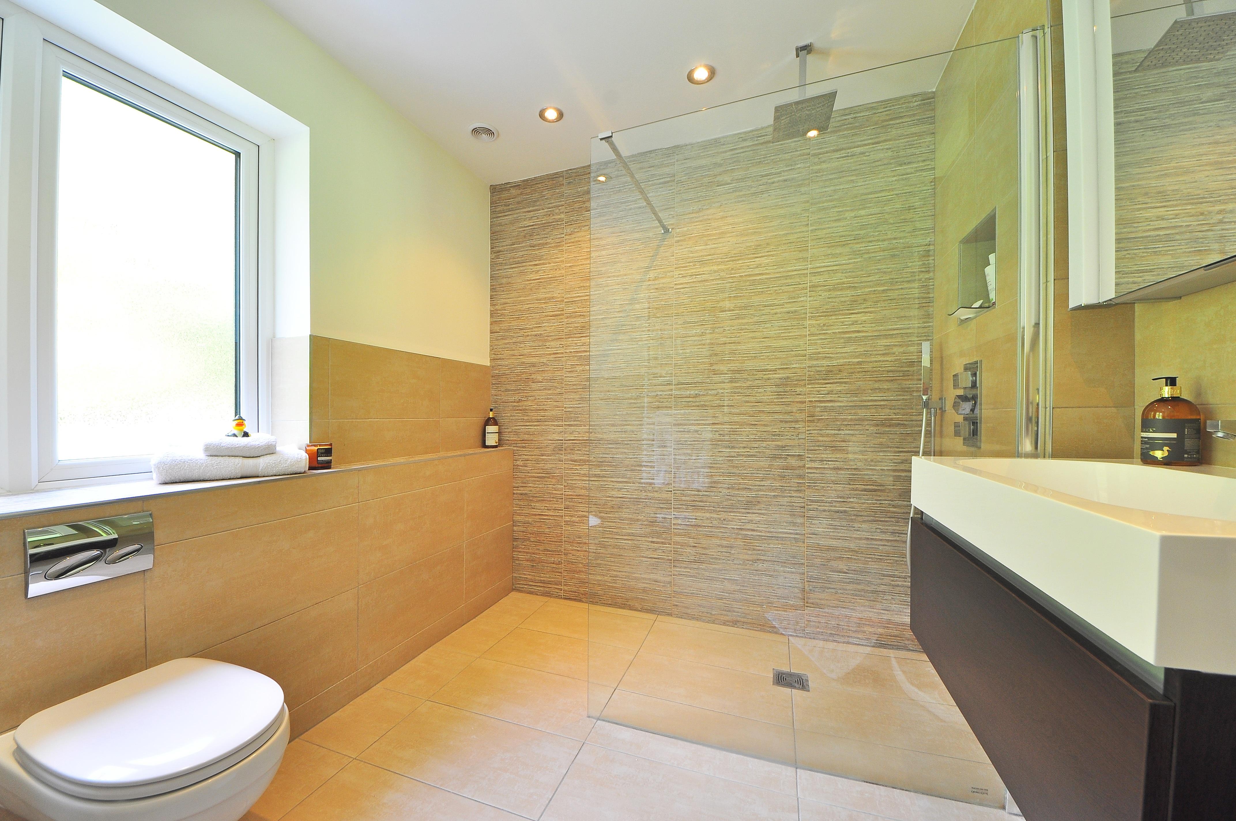 Vantaggi e svantaggi della doccia filo pavimento per un for Bagno moderno doccia